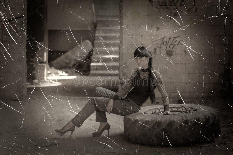 Vrouwen die op band in krottenwijkhuis zitten stock foto's