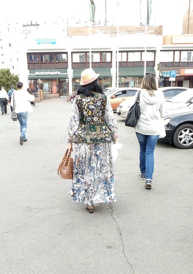Vrouwen die op de straat lopen stock foto