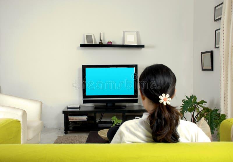 Vrouwen die op televisie letten stock foto's