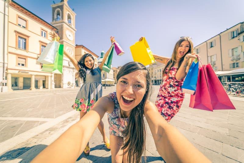 Vrouwen die in openlucht winkelen stock foto's