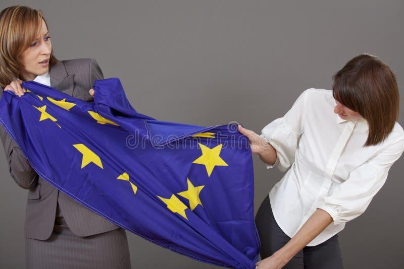 Vrouwen die over Europese vlag vechten stock afbeeldingen