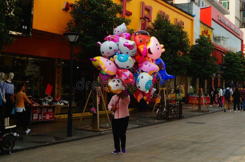 Vrouwen die plastic ballonspeelgoed verkopen royalty-vrije stock afbeelding