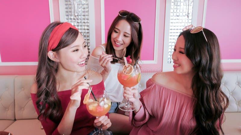 Vrouwen die in restaurant babbelen stock foto