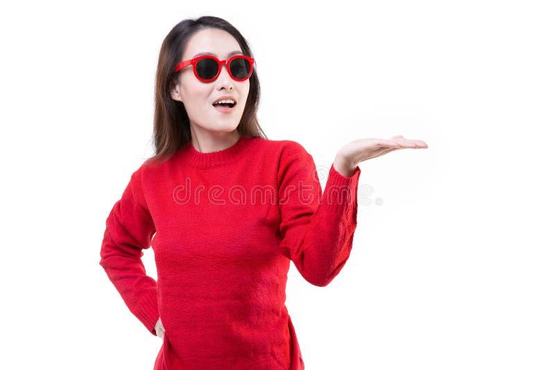 Vrouwen die rode sweater, gelukkig Glimlachen dragen royalty-vrije stock afbeelding