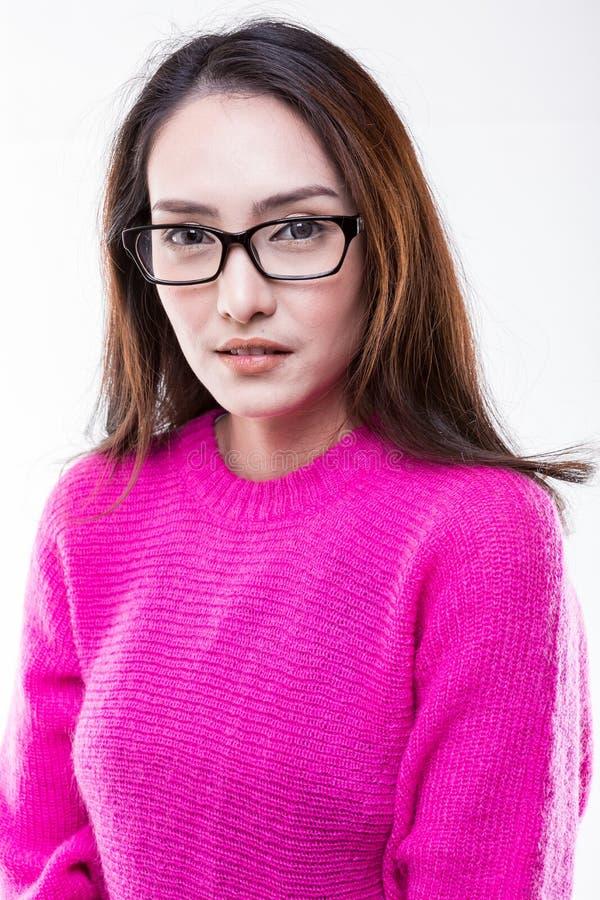 Vrouwen die roze sweater dragen, die glazen dragen stock afbeelding