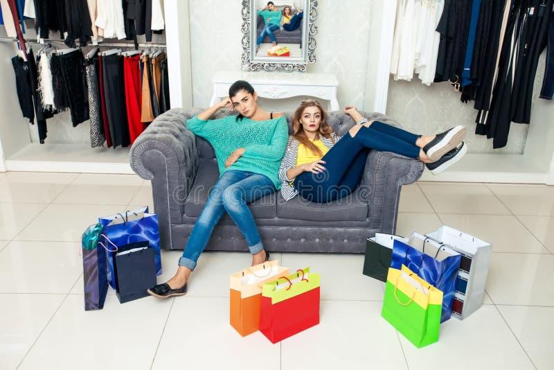 Vrouwen die rust na het shoping hebben stock afbeelding