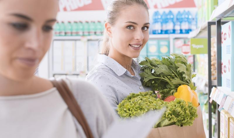 Vrouwen die samen bij de supermarkt winkelen royalty-vrije stock fotografie