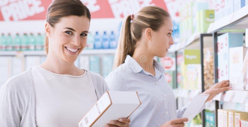 Vrouwen die samen bij de supermarkt winkelen royalty-vrije stock afbeelding
