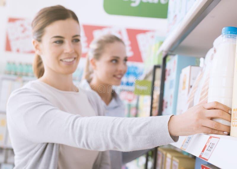 Vrouwen die samen bij de supermarkt winkelen royalty-vrije stock foto's