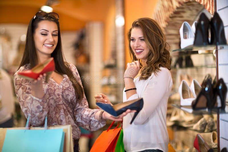 Vrouwen die Schoenen in een Opslag kopen stock fotografie