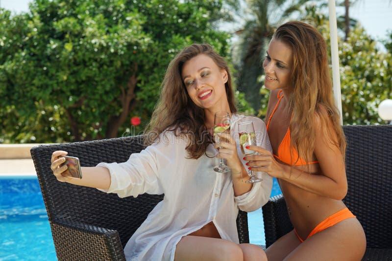 Vrouwen die selfie beeld nemen royalty-vrije stock afbeelding