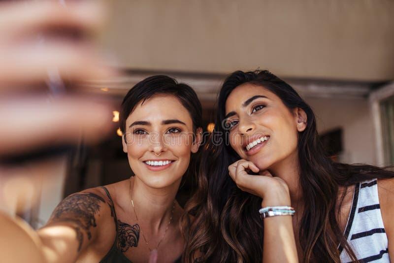 Vrouwen die selfie nemen stock afbeeldingen