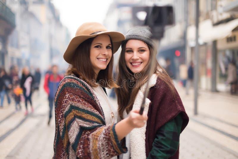 Vrouwen die selfies nemen royalty-vrije stock fotografie