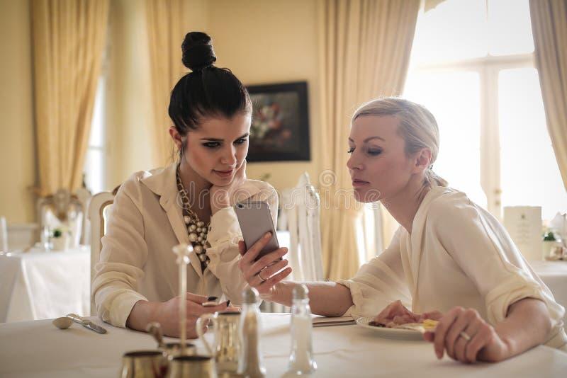 Vrouwen die smartphone gebruiken stock fotografie
