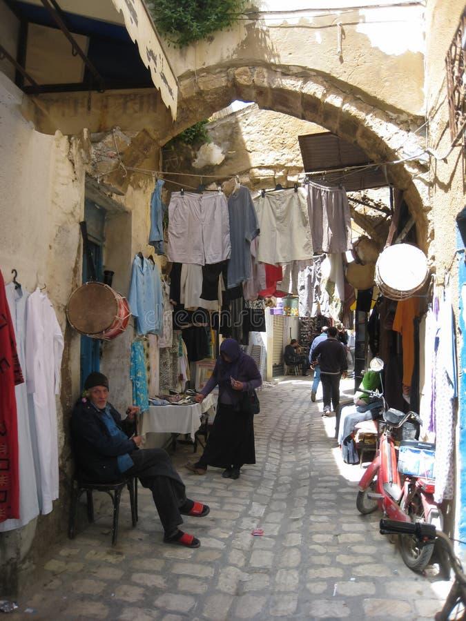 Vrouwen die in Souk winkelen. Bizerte. Tunesië stock afbeeldingen