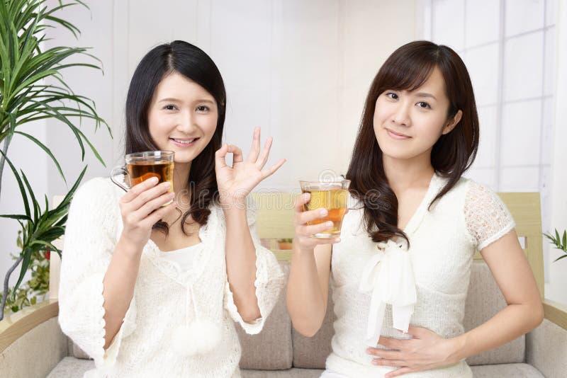 Vrouwen die thee drinken royalty-vrije stock afbeelding