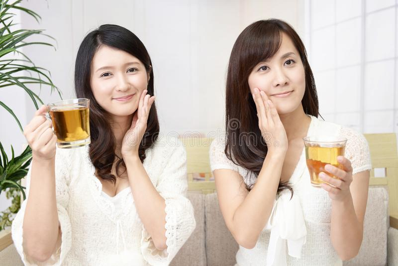 Vrouwen die thee drinken royalty-vrije stock fotografie