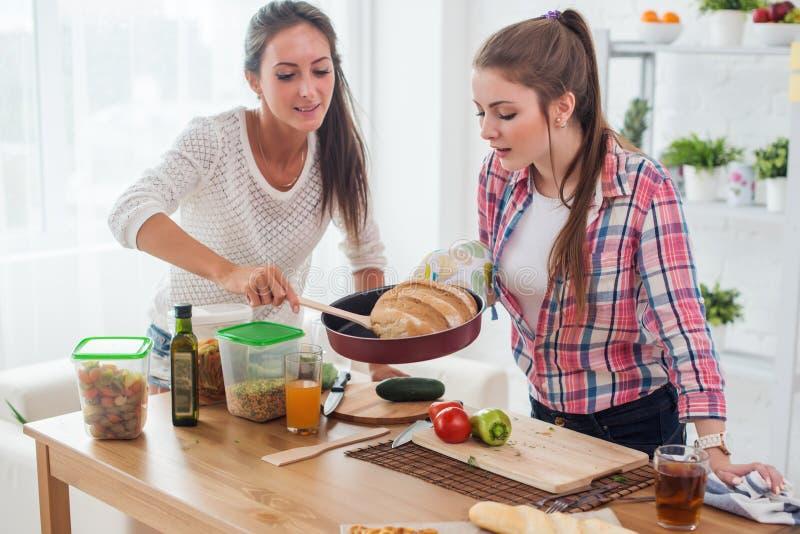Vrouwen die thuis vers brood in keukenconcept culinair koken bakken, stock afbeeldingen