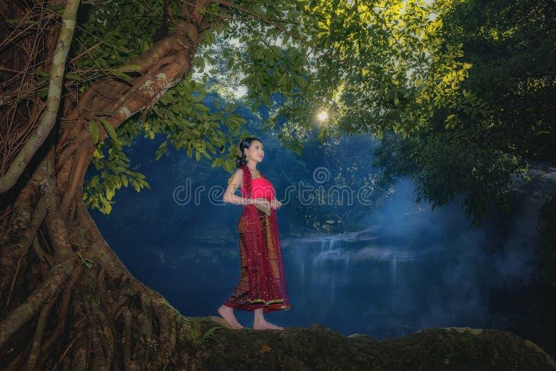 Vrouwen die typische Thaise kleding dragen bij waterval stock foto
