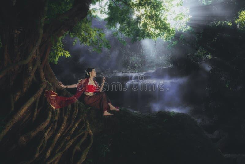 Vrouwen die typische Thaise kleding dragen bij waterval stock afbeelding