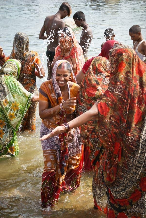 vrouwen die van India van water genieten royalty-vrije stock foto