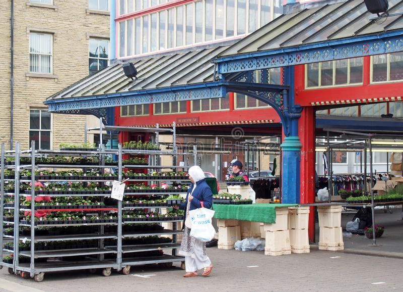 Vrouwen die voor tuininstallaties winkelen op een box in huddersfieldmarkt in West-Yorkshire stock afbeelding