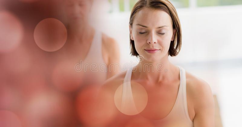 Vrouwen die in yogastudio mediteren royalty-vrije stock afbeelding