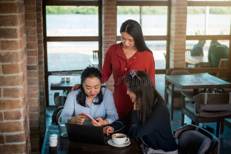 Vrouwen die zaken bespreken en een koffie hebben stock afbeelding