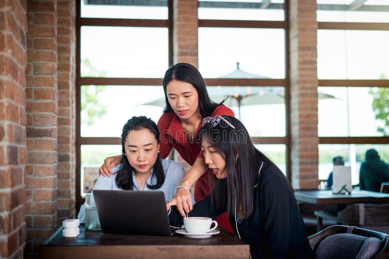 Vrouwen die zaken bespreken en een koffie hebben royalty-vrije stock afbeeldingen