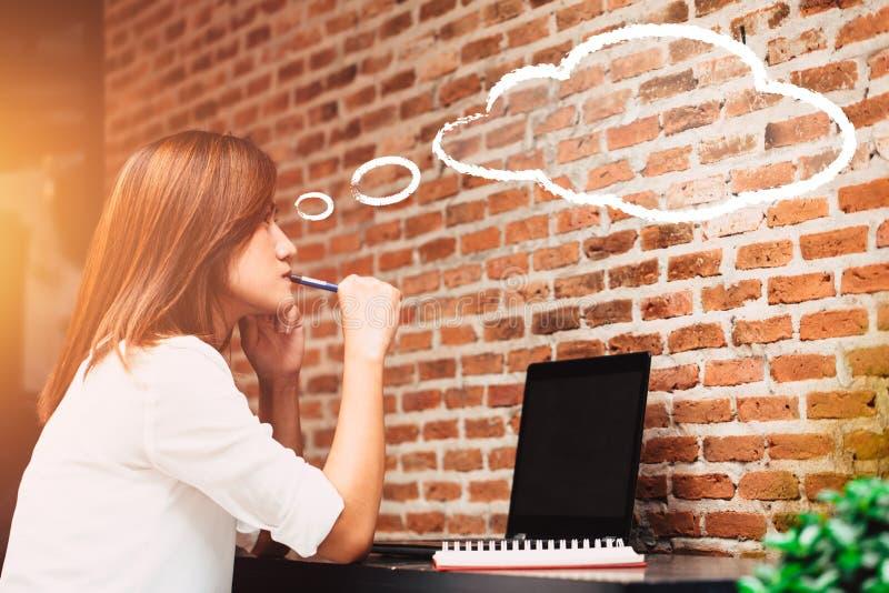 Vrouwen die zaken met laptop computer denken stock foto