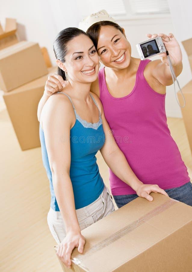 Vrouwen die zich in nieuw huis bewegen royalty-vrije stock fotografie