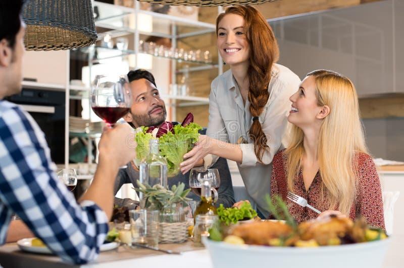 Vrouwen dienende salade stock foto's