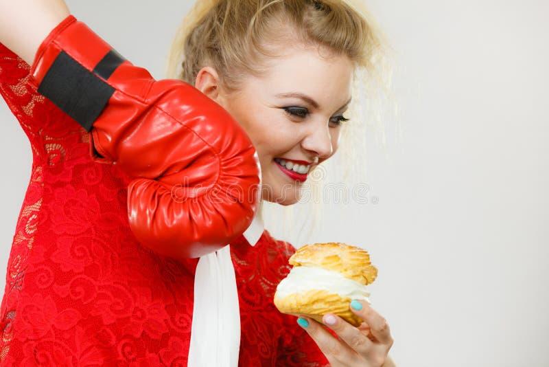 Vrouwen in dozen doende room cupcake royalty-vrije stock afbeeldingen