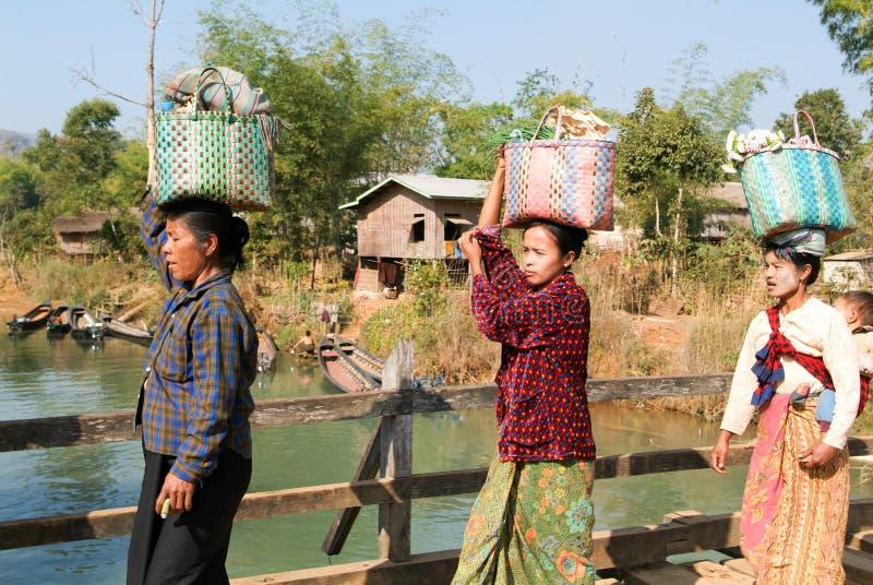 Vrouwen dragende koopwaar voor de wekelijkse markt in Indein binnen royalty-vrije stock foto's