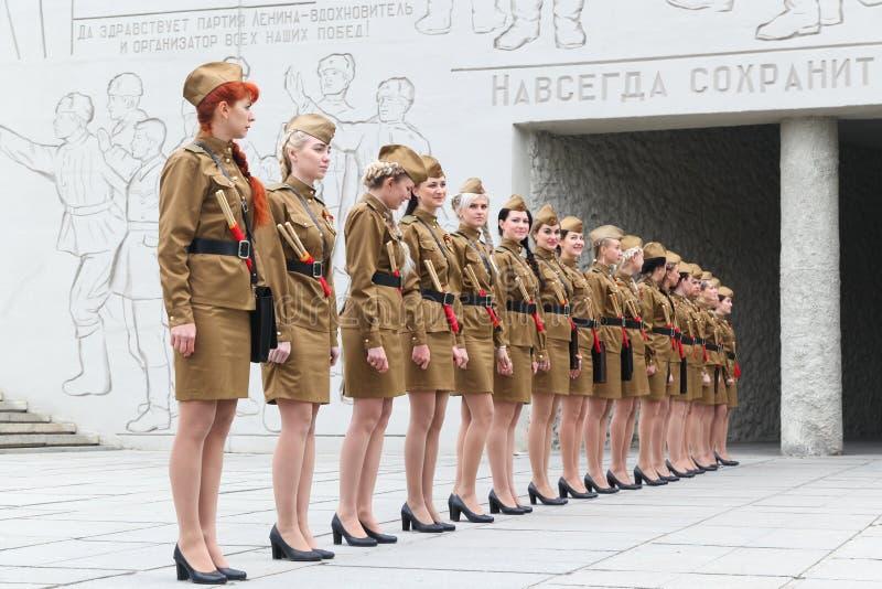 Vrouwen in een militaire eenvormige tribune in een rang stock foto's