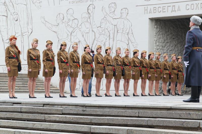 Vrouwen in een militaire eenvormige tribune in een rang stock afbeelding