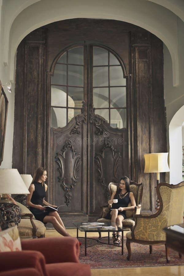 Vrouwen in een zaal stock afbeeldingen
