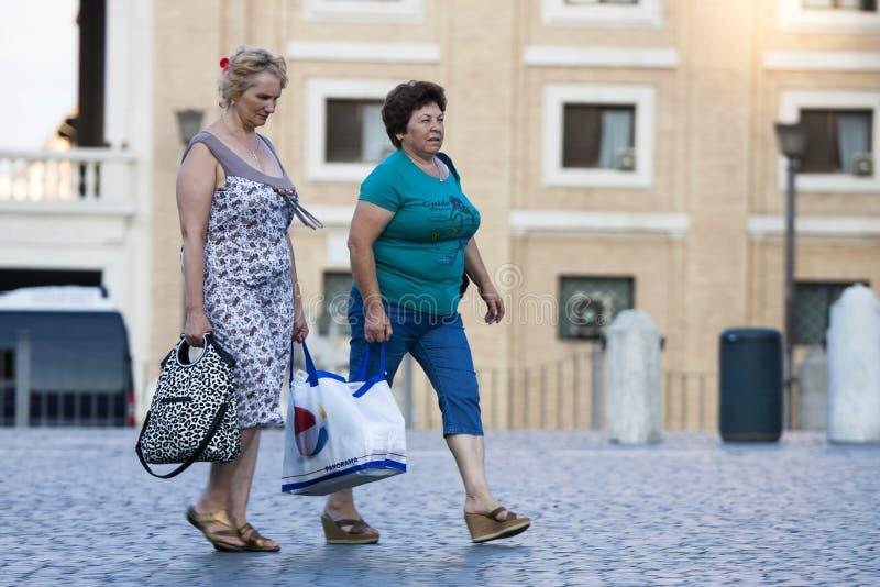 Vrouwen en het winkelen zak royalty-vrije stock foto's