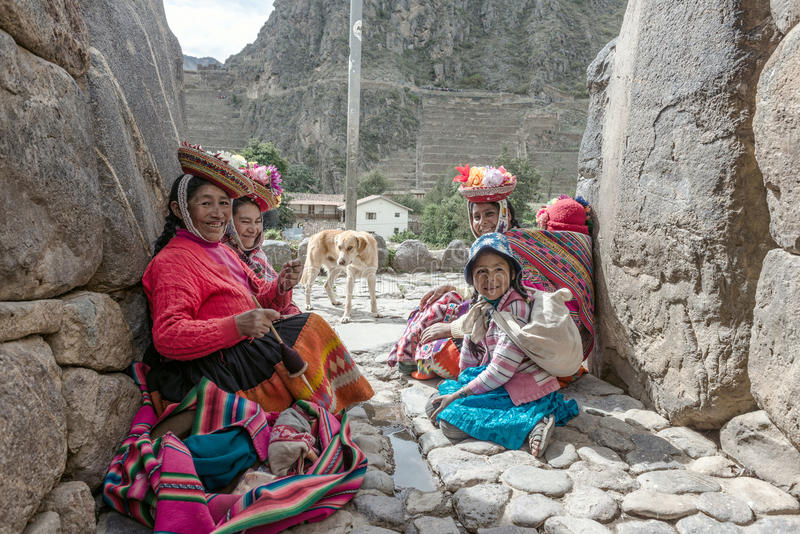 Vrouwen en kinderen in traditionele Peruviaanse kleren in Ollantayta stock fotografie