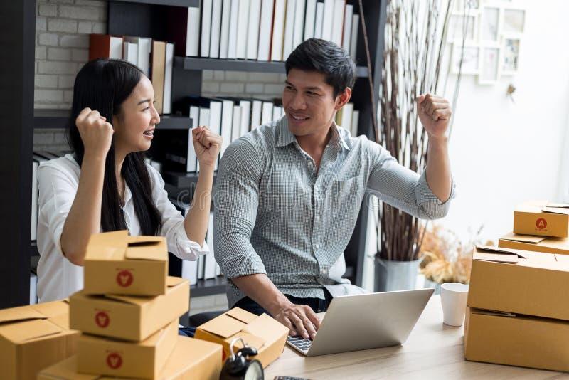 Vrouwen en mannen die aan laptop computer thuis bureau werken royalty-vrije stock fotografie