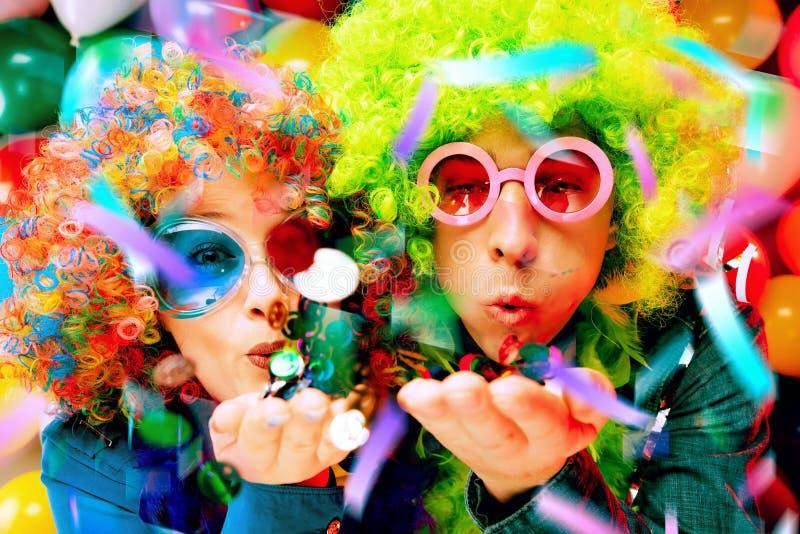 Vrouwen en mannen die bij partij voor nieuw jarenvooravond of Carnaval vieren royalty-vrije stock fotografie
