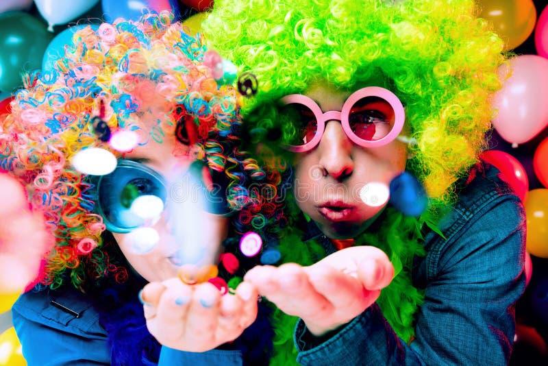 Vrouwen en mannen die bij partij voor nieuw jarenvooravond of Carnaval vieren royalty-vrije stock foto