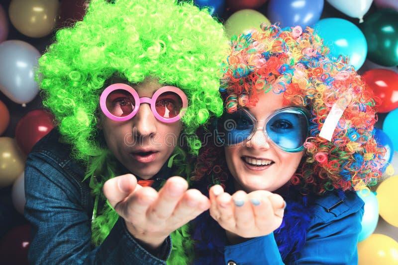 Vrouwen en mannen die bij partij voor nieuw jarenvooravond of Carnaval vieren royalty-vrije stock afbeelding