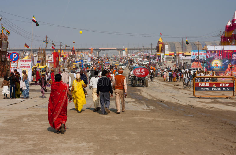 Vrouwen en mannen die in India lopen stock afbeelding
