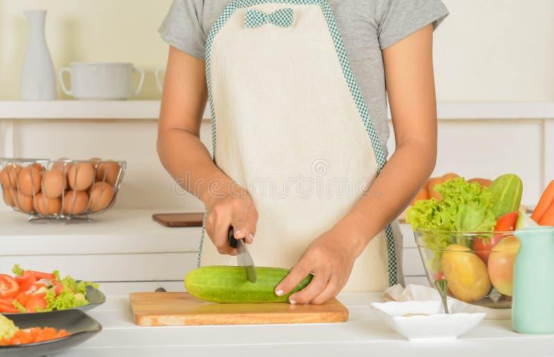 Vrouwen en Voedsel in de keuken royalty-vrije stock afbeelding