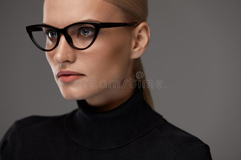 Vrouwen Eyewear Mooie Vrouw in Glazen, Modieuze Oogglazen royalty-vrije stock afbeeldingen