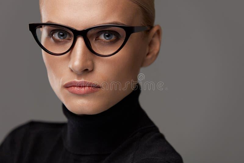 Vrouwen Eyewear Mooie Vrouw in Glazen, Modieuze Oogglazen stock foto's