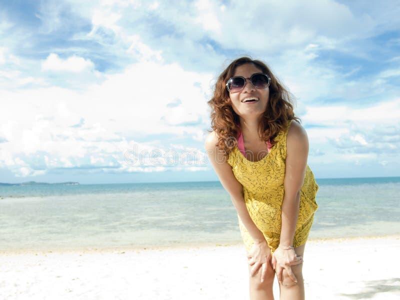Vrouwen gelukkig op het Strand royalty-vrije stock afbeeldingen