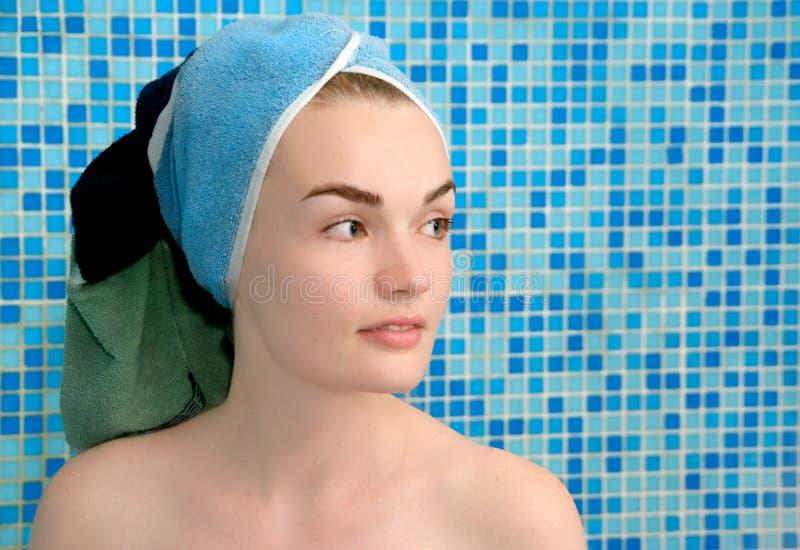 Vrouwen in handdoek op hoofd royalty-vrije stock afbeeldingen