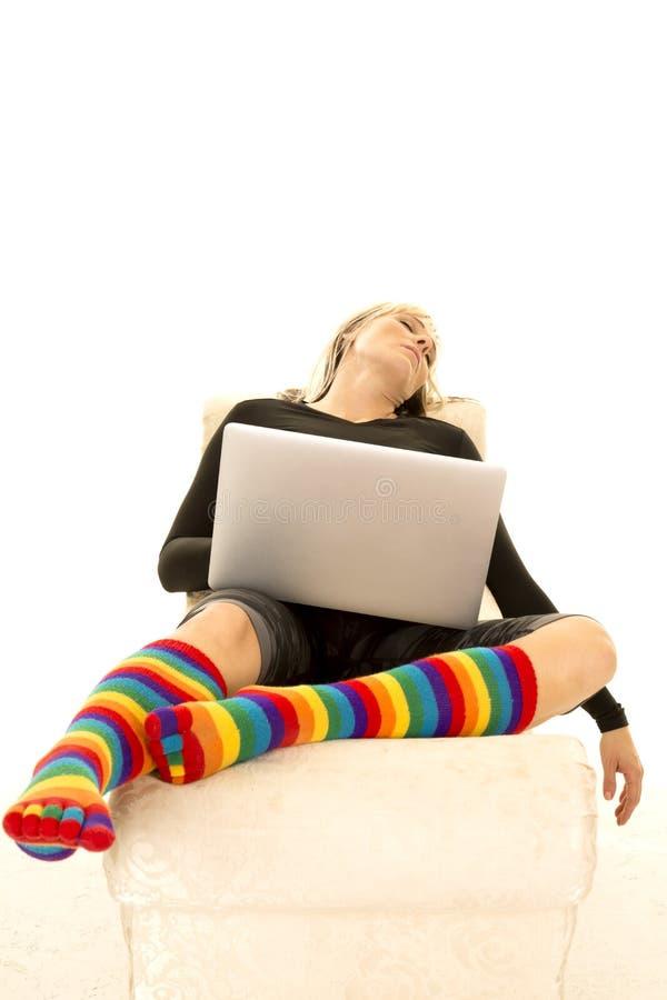 Vrouwen heldere sokken in slaap met laptop royalty-vrije stock fotografie